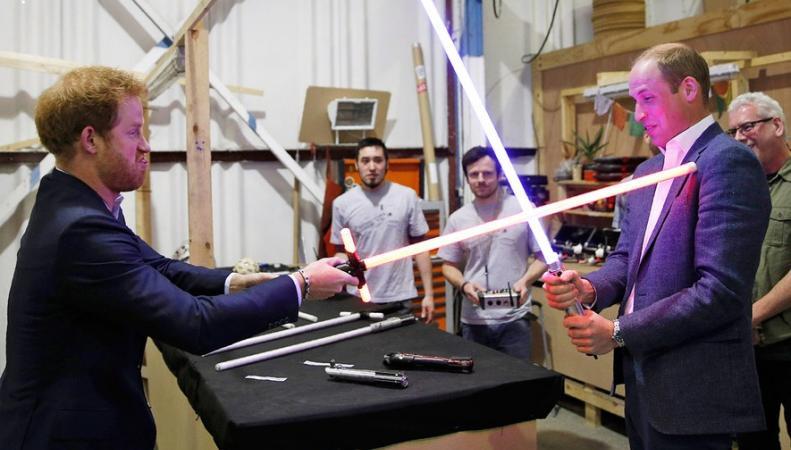 Уильям и Гарри с лазерными мечами