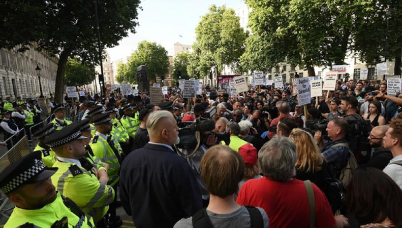 Отчаяние погорельцев из Grenfell Tower переросло в массовую акцию протеста