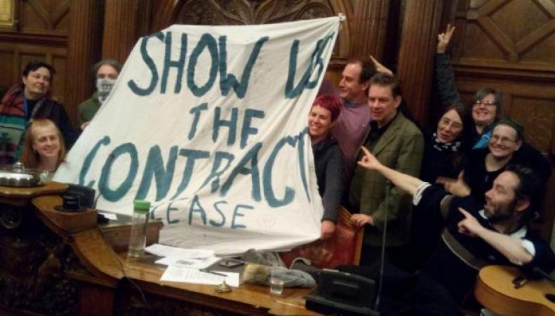 Жители Шеффилда оккупировали городской совет в протесте против вырубки деревьев