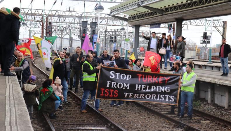 Акция протеста заблокировала движение поездов между Манчестером и Ливерпулем