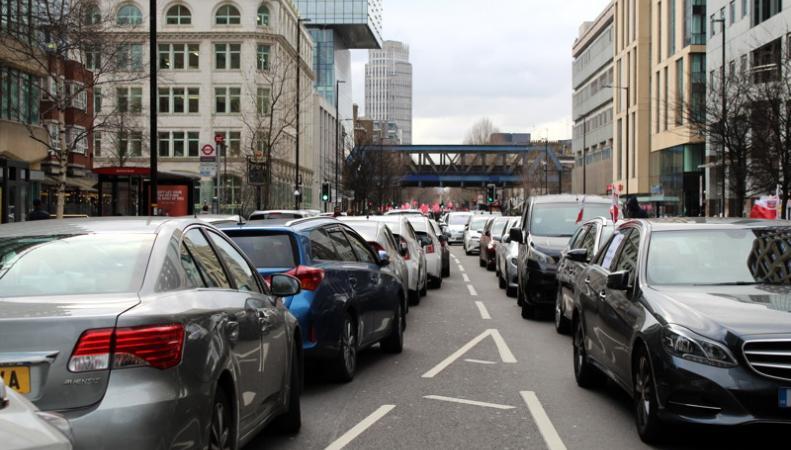 Миникэбы устроили пробку у офиса TfL в знак протеста против «налогов на пробки»