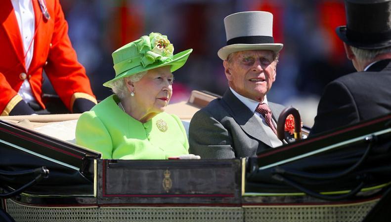 Королева и супруги Кембриджские посетили Королевские скачки в Эскоте фото:dailymail
