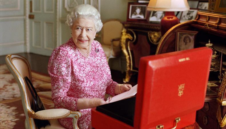 Королева Англии ищет специалиста для ведения личного социальная сеть Твиттер