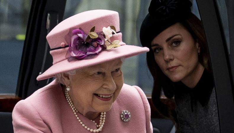 Королева Елизавета II и герцогиня Кейт провели первый за семь лет совместный визит