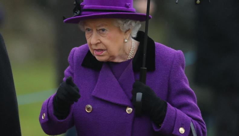 Слухи о здоровье королевы развеяны: Ее Величество посетила церковь в Норфолке фото:standard.co.uk