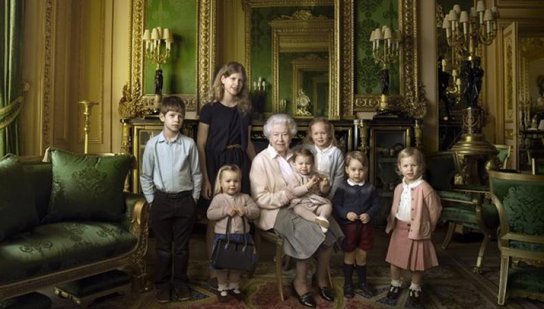 Королева Елизавета в окружении внуков и правнуков