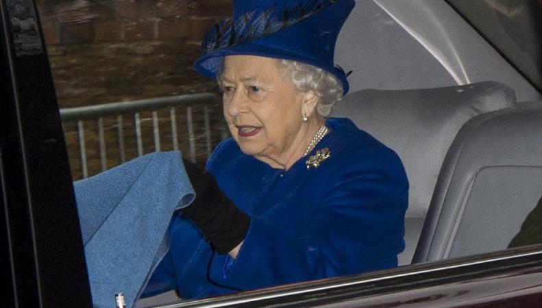 Королева Великобритании впервый раз после болезни появилась напублике
