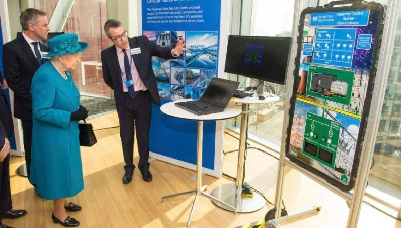 Королева Елизавета открыла в Лондоне новый центр по борьбе с киберпреступностью фото:yahoo.com