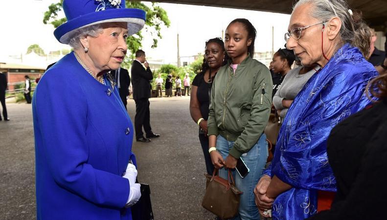 Королева Елизавета II и принц Уильям посетили центр помощи погорельцам в Кенсингтоне фото:dailymail