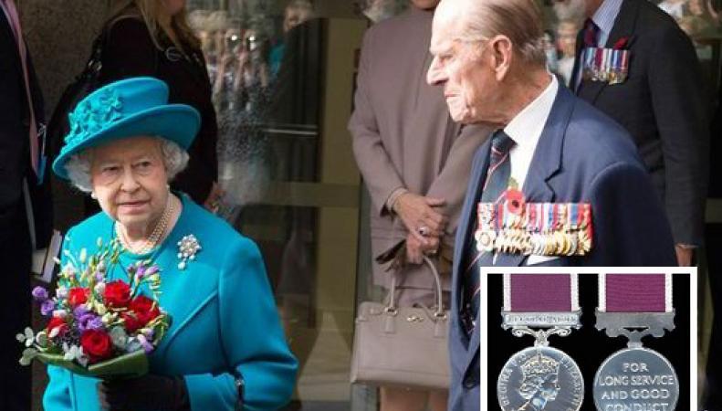 Королева Елизавета II и принц Филипп получили награды за выслугу лет в британской армии