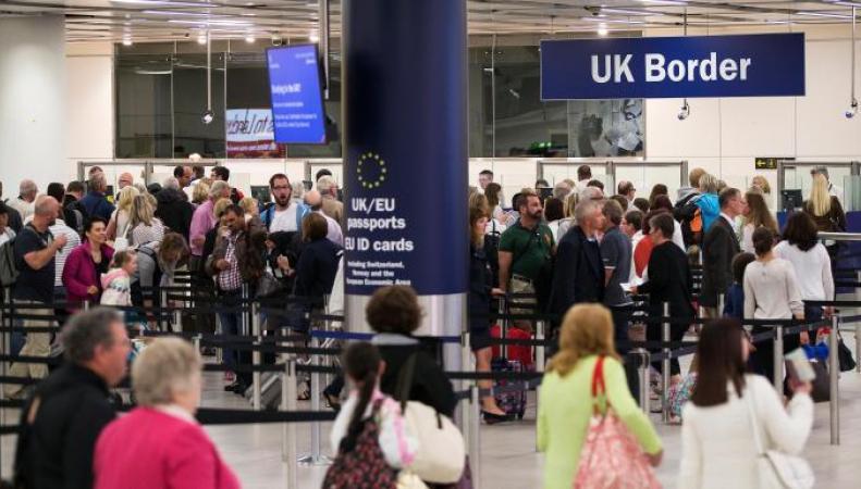 В британских аэропортах резко выросли очереди на паспортном контроле