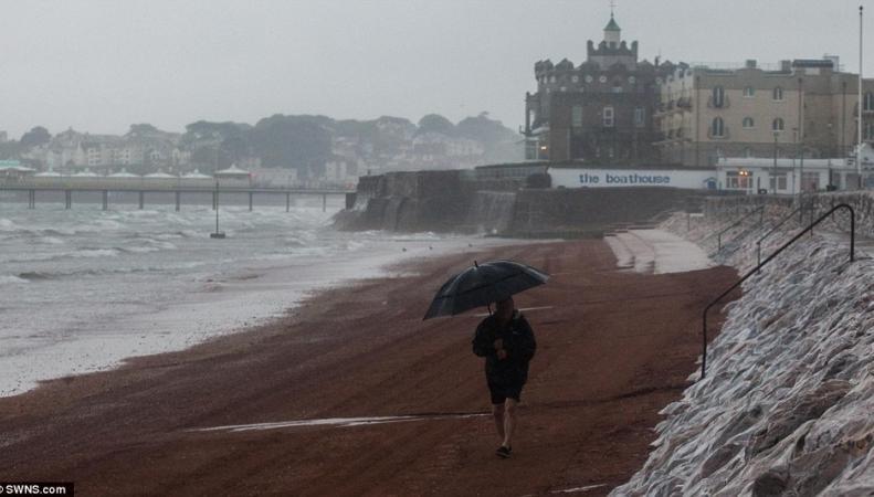 Метеобюро Англии предсказывает наводнения из-за шторма Ангус