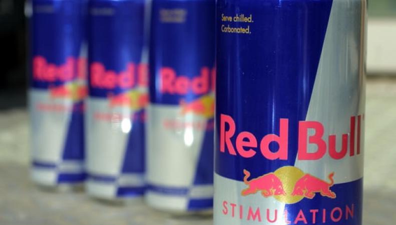 В Великобритании вступил в силу запрет на продажу энергетических напитков подросткам