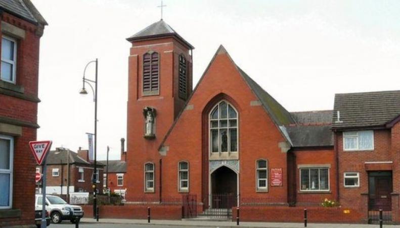 Грабитель в дьявольской маске напал на церковь в Стокпорте