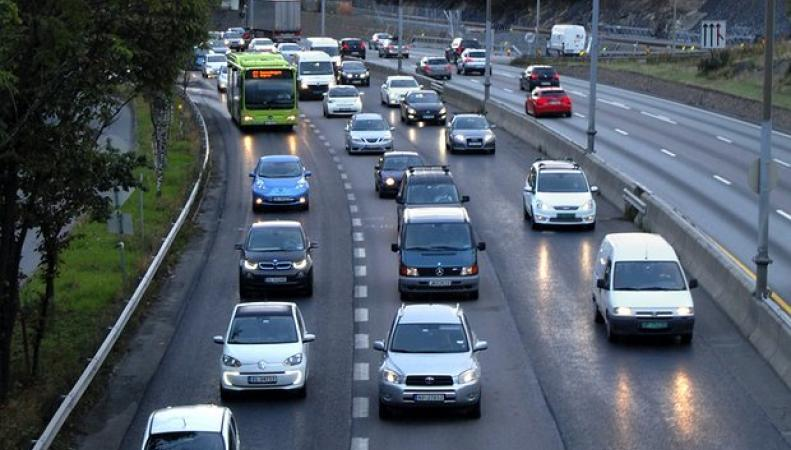 Электромобили  в Великобритании получат приоритет движения в потоке фото:theguardian.com