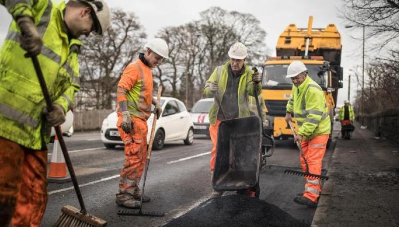 Ямы на дорогах в Лондоне залатают инновационным материалом