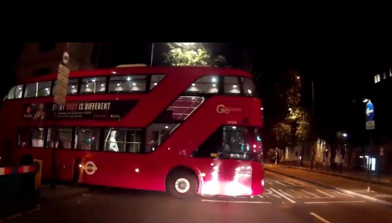 Даблдекер без водителя за рулем выехал на перекресток в центре Лондона фото:twitter