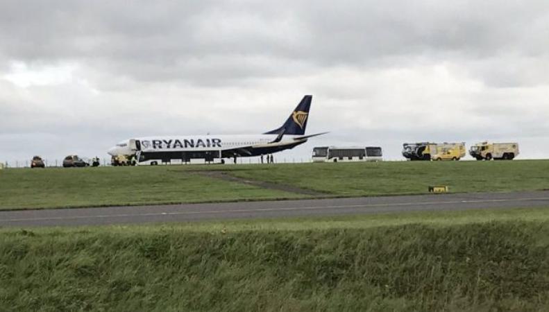 Самолет Ryanair экстренно сел в Ист-Мидлендсе из-за отвалившегося колеса