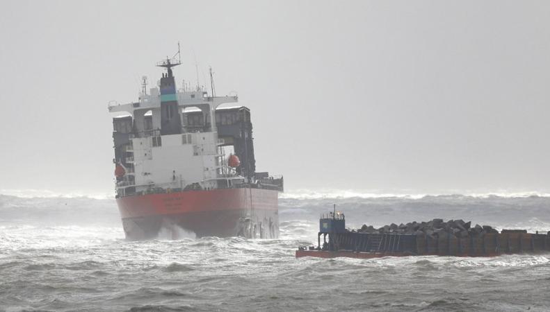 Грузовой корабль налетел на баржу в проливе Ла-Манш во время шторма Ангус  фото:dailymail.co.uk
