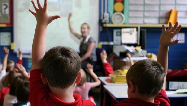Ученикам школы в Мэнсфилде запретили поднимать руку для ответа на вопрос фото:itv