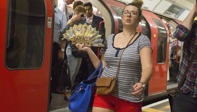 Хэштег «самый жаркий день в году» стал главной темой дня в Великобритании фото:dailymail.co.uk