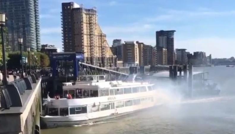 Прогулочный кораблик загорелся во время экскурсии и врезался в набережную Темзы фото:bbc.com