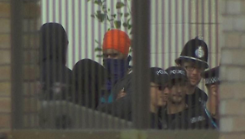 Многочисленная группа сикхов арестована за вооруженную осаду гурдвары в Лемингтоне фото:sky News