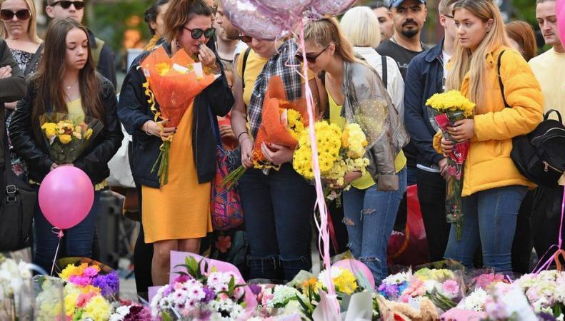 Национальная минута молчания в память о погибших в манчестерском теракте  фото:bbc