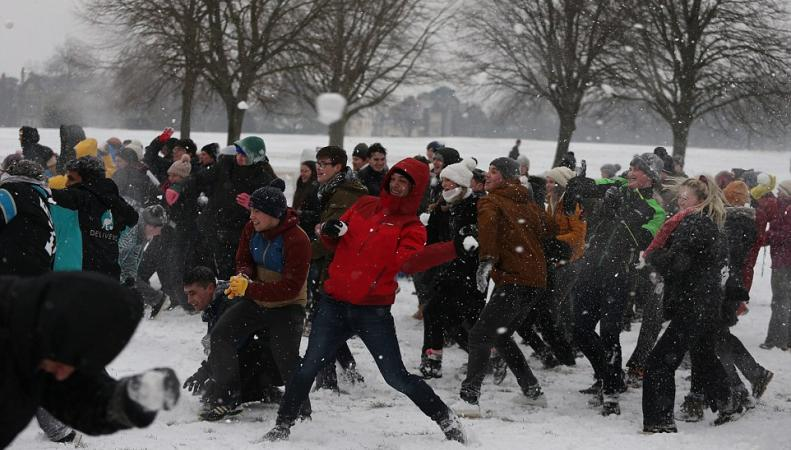 В Бристоле устроили массовое снежное побоище