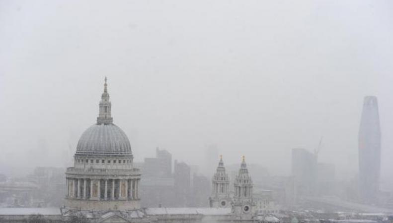 Британцам разрешили не ходить на работу из-за снегопадов