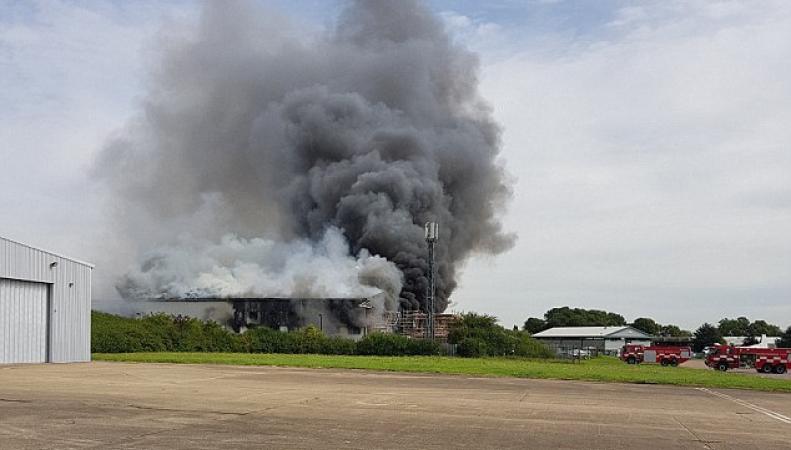 В аэропорту Southend разгорелся сильный пожар фото:dailymail