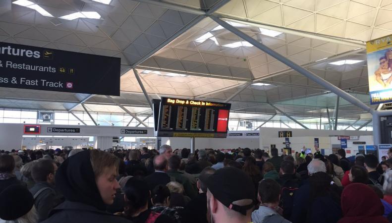 Пассажиры десятков рейсов не смогли улететь из Станстеда  из-за технического сбоя фото:twitter