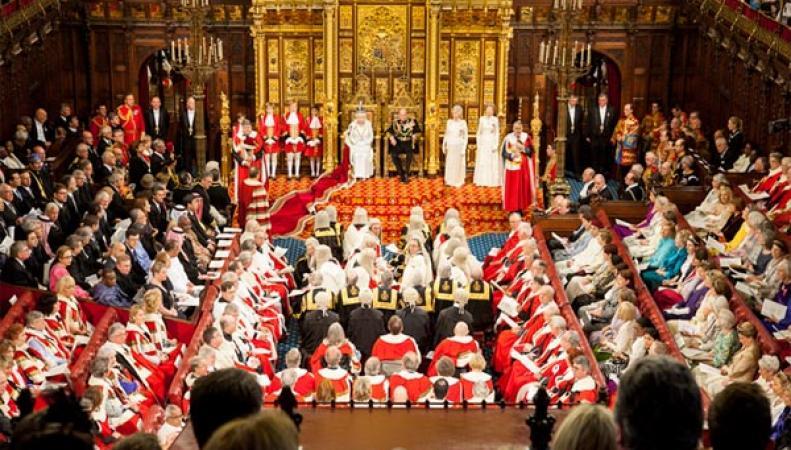 Королева Елизавета II впервые за сорок лет зачитает Тронную речь без короны