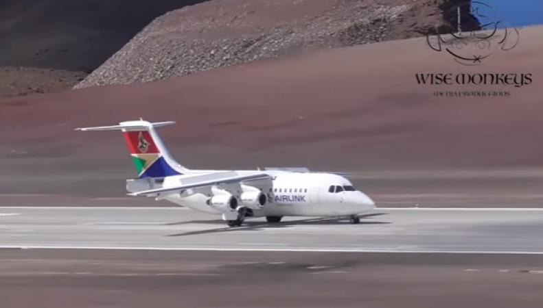 Первый самолет приземлился в «самом ненужном аэропорту» британских Заморских территорий фото:youtube