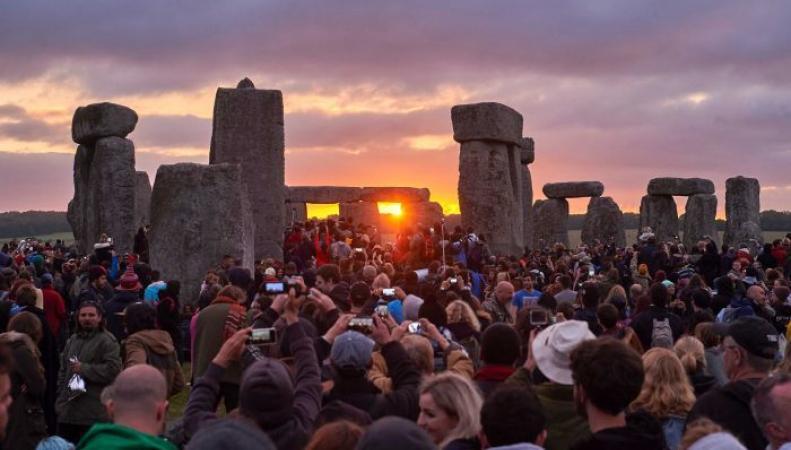 Британцы отправились встречать рассвет в Стоунхендж фото:bbc.com