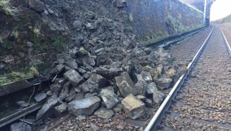 Железнодорожное сообщение по Шотландии нарушено штормом Джорджина