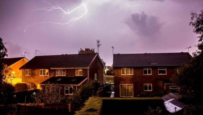 Шторм после трех дней жары в Англии причинил множественные разрушения фото:bbc.com