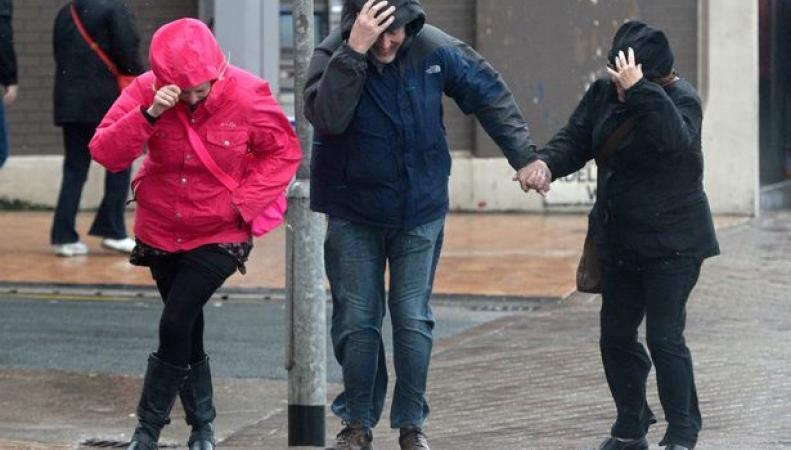 Штормовое предупреждение объявлено по западу Великобритании