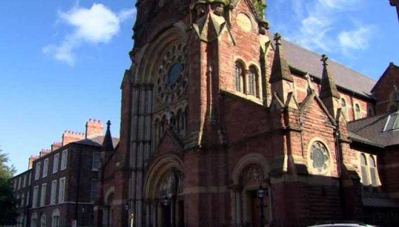 В Белфасте неизвестные подожгли католическую церковь во время службы  фото:bbc