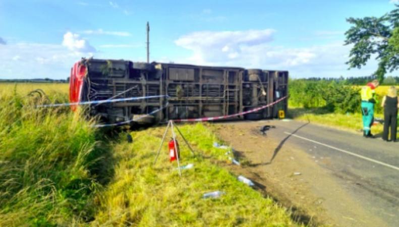 В Нортгемптоншире перевернулся автобус с детьми фото: itv.com