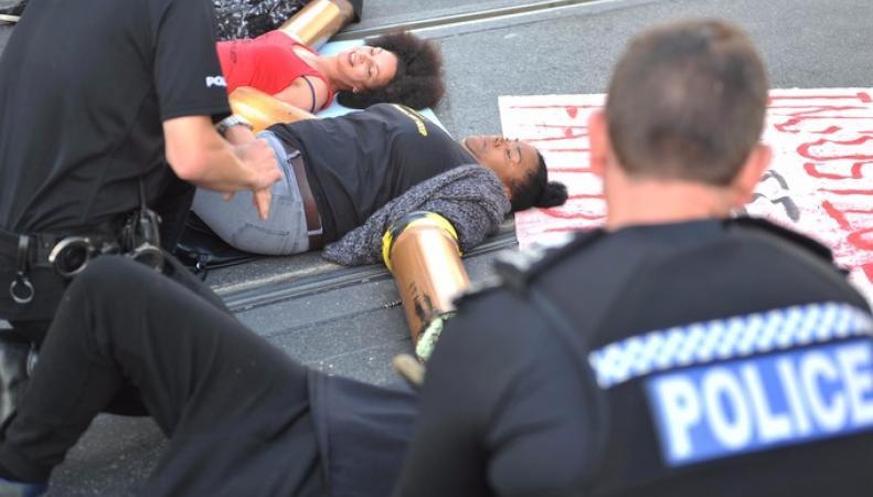 Английские защитники прав человека заблокировали дорогу ваэропорт Хитроу