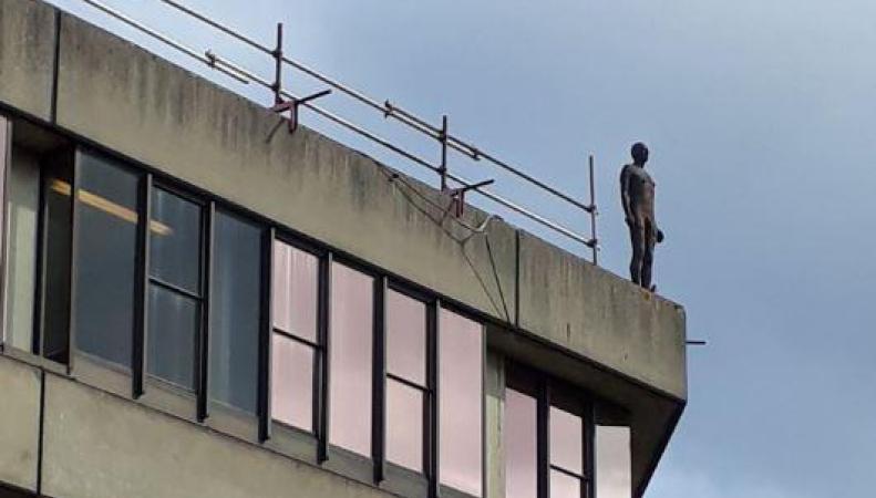 Студенты Университета Ист-Англии шокированы скульптурой «самоубийцы» на крыше здания фото:standard.co.uk