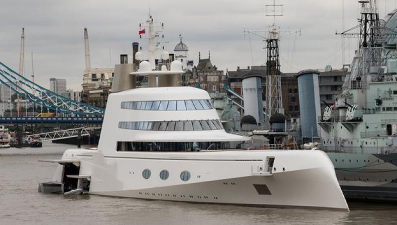 Белая «субмарина» российского миллиардера произвела фурор в Лондоне фото:theguardian.com