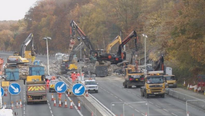 В Суррее на трассе М3 взорван мост фото:itv.com