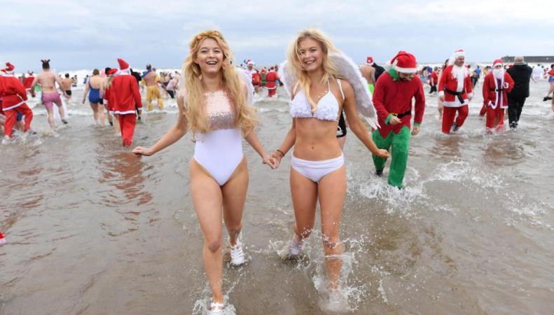 Британцы отправились в традиционный Рождественский заплыв