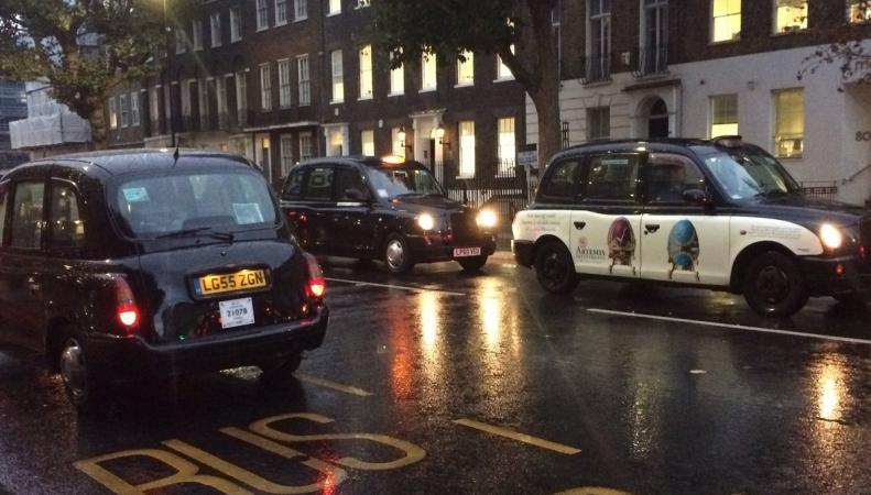 Кэбмены заблокировали центр Лондона акцией протеста против частных извозчиков