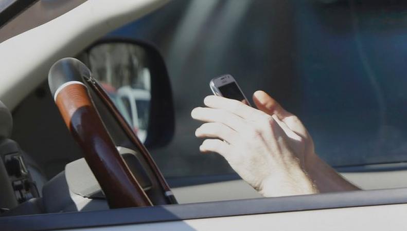 Штрафы за разговоры по  мобильному за рулем увеличат вдвое в Великобритании фото:theguardian.com