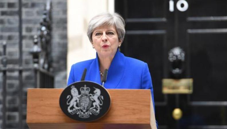 Мэй попросит королеву Великобритании разрешить сформировать новое руководство