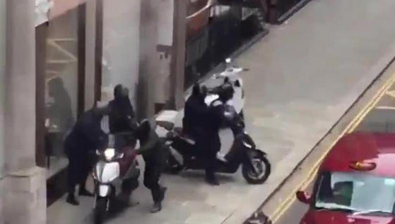 Вооруженные грабители на мопедах обчистили ювелирную витрину в Найтсбридже фото:standard.co.uk