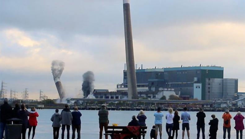 В Тилбери взорваны трубы старой электростанции фото:onthethames